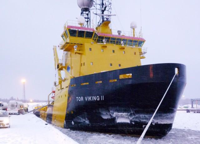 Isbryteren Tor Viking II skal sammen med en russisk atom-isbryter kjempe seg igjennom Nordøstpassasjen for å teste farvannet med tanke på malmtransport. Illustrasjonsfoto: Kalle Mattson