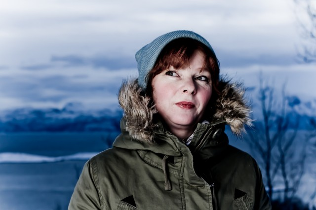Forfatter Siri Fjellvang Tobiassen med Ofotfjorden som bakgrunn, lik som i Evigendt-bøkene. Foto: Robin Lund, Fotonaut.no