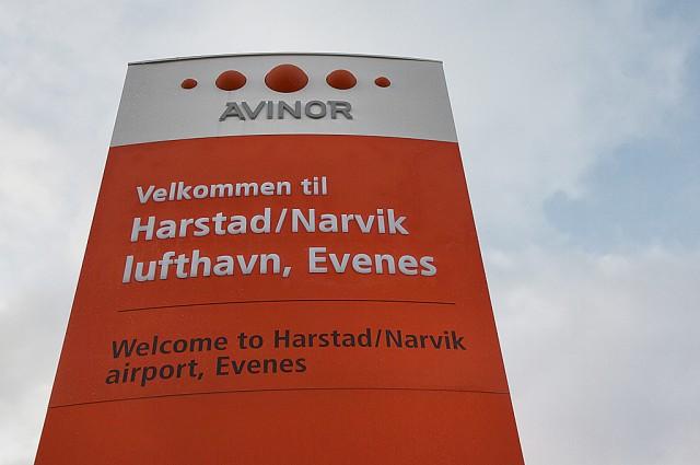 Skilting ved Harstad/Narvik lufthavn, Evenes. Foto: Robin Lund, IMGS.no bildebyrå