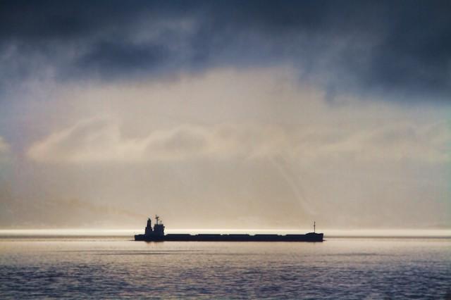 En fullastet malmbåt i Ofotfjorden som formodentligvis ikke vil seile mot Libya. Illustrasjonsfoto: Robin Lund, Fotonaut.no