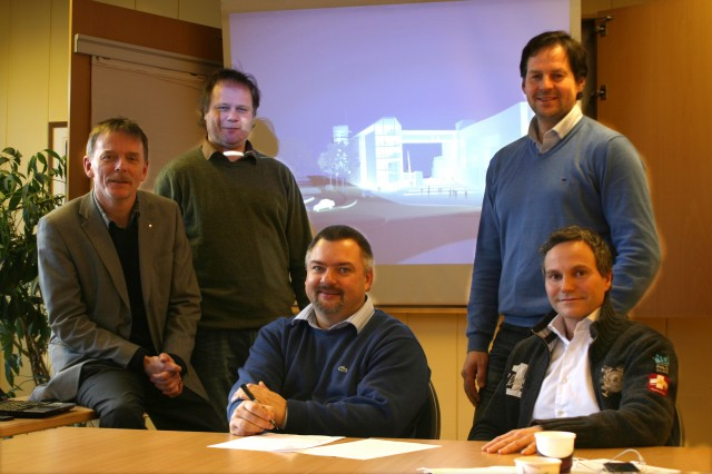 Narvikgården og Sparebanken Narvik, med Narvikgårdens administrerende direktør Lars Skjønnås i midten. Foto: Narvikgården