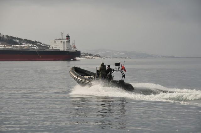 Minedykkere på vei for å assistere et sivilt fartøy. Foto: Doug Elsey/Forsvaret