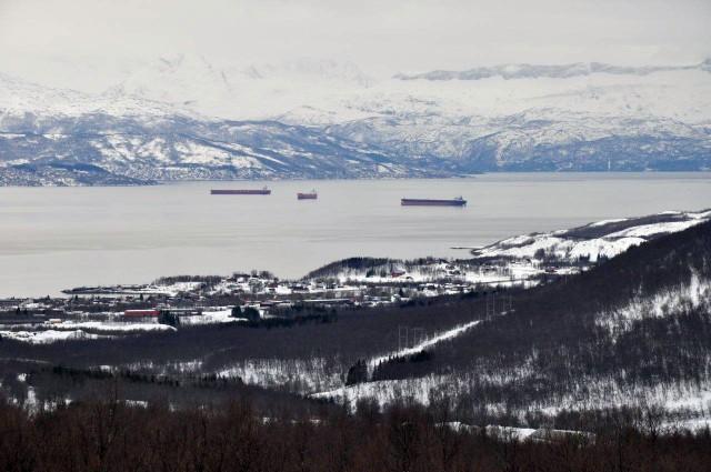 Ofotingen-leser Olav Berg Lyngmo har sendt dette bildet av malmbåter i kø i Ofotfjorden. Bildet er tatt fra Bjerkvik. Foto: Olav Berg Lyngmo