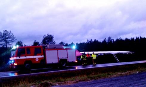 Ingen kom til skade da et vogntog lastet med 20 tonn laks havnet utfor veien. Foto: Robin Lund, fotonaut.no