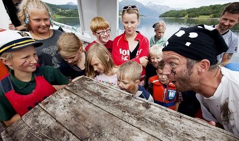Det er ingen spøk når kaptein Enøye samler mannskap for å tar luven av piraten Pysræva og mannskapet hans. Foto: Helge Opdal, Evenes kystlag