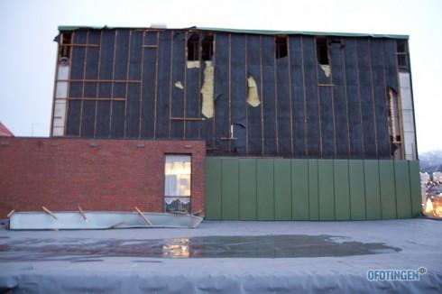 En helv vegg med metallplater er revet bort. Foto: Robin Lund