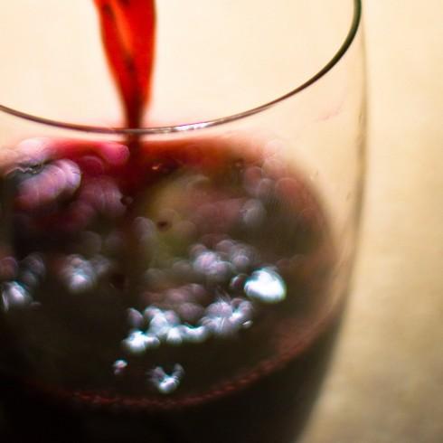 Vin skal helles i glass. Illustrasjonsfoto: Robert S. Donovan, Creative Commons license