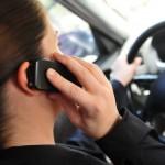 Håndholdt mobilsamtale i bil. Illustrasjonsfoto: Can Stock Photo
