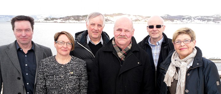Fra høyre: Ronny Grindstein, Kirstin L. Mobakken (daglig leder, Hålogalandsbrua AS), Oddvar Bjørnsen, Jardar Jensen, Hjalmar Larsen og Britt Skinstad Nordlund. Tone Øverli og Tor Asgeir Johansen var ikke til stede da bildet ble tatt. Foto: Hålogalandsbrua AS