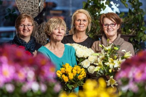 Berit, Ellinor, Beate og Thea. «Flinke dekoratører på jobb i en hyggelig tilværelse». Foto: Hans Erling Hanssen