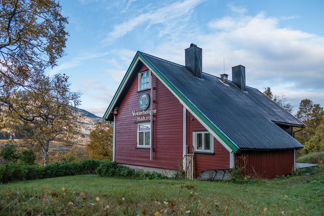 Narvik og Omegn Turistforenings vokterbolig ligger idyllisk til ved Ofotbanen, på en solfylt plett med flott utsikt over Rombaksfjorden og fjellene rundt. Hytta leies ut til private og grupper og overnatting må forhåndsbestilles.