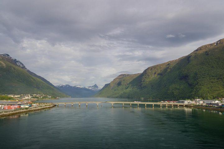 Beisfjordbrua, lokalt også omtalt som Ankenesbrua, er ei bru som krysser Fagernesstraumen mellom Fagernes og Ankenes i Beisfjorden i Narvik kommune i Nordland. Brua er 375 meter lang og er en del av europavei 6. (Foto: Robin Lund)