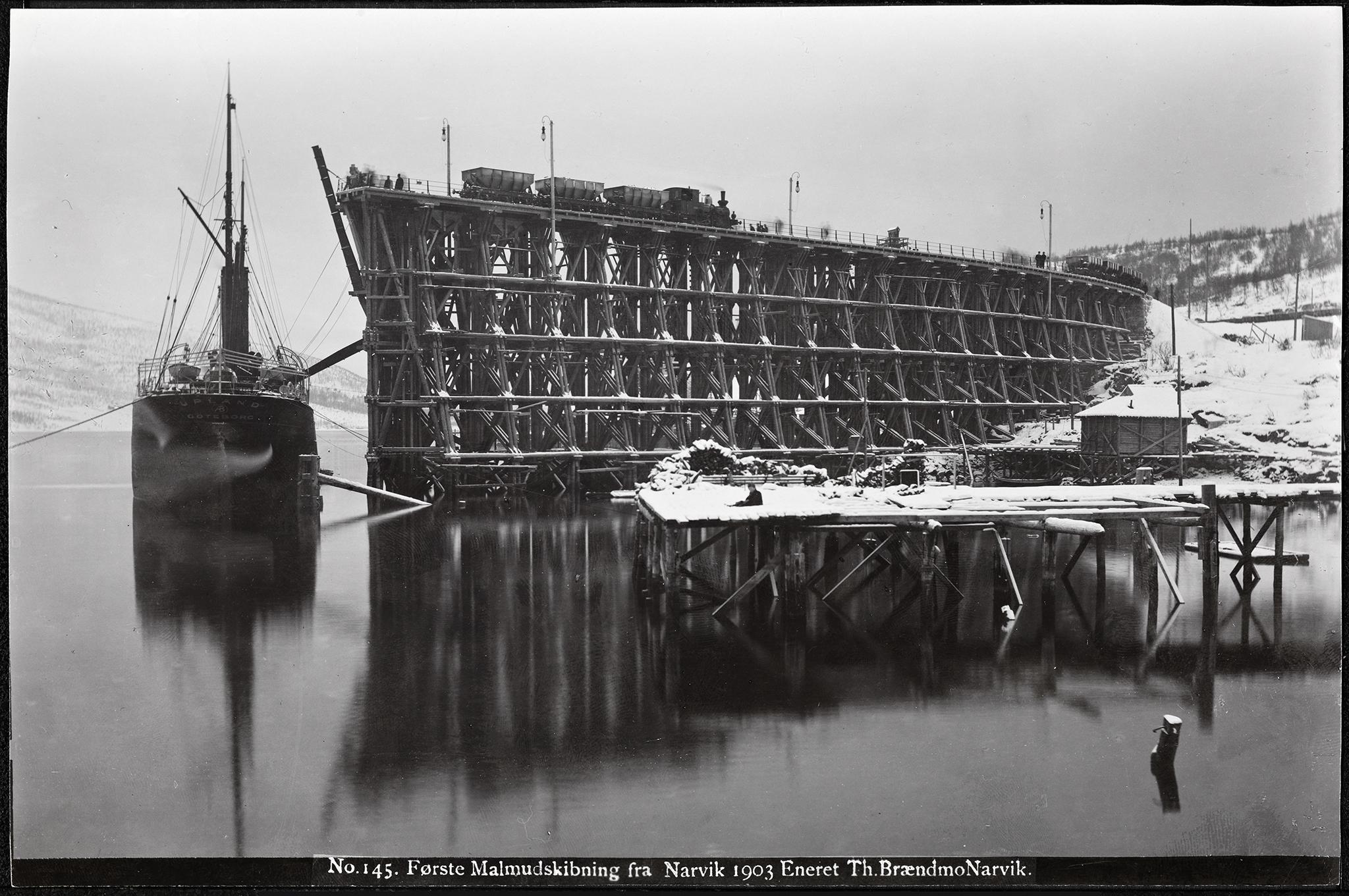 «No. 145. Første Malmudskibning fra Narvik, 1903» (Foto: Nasjonalbiblioteket)