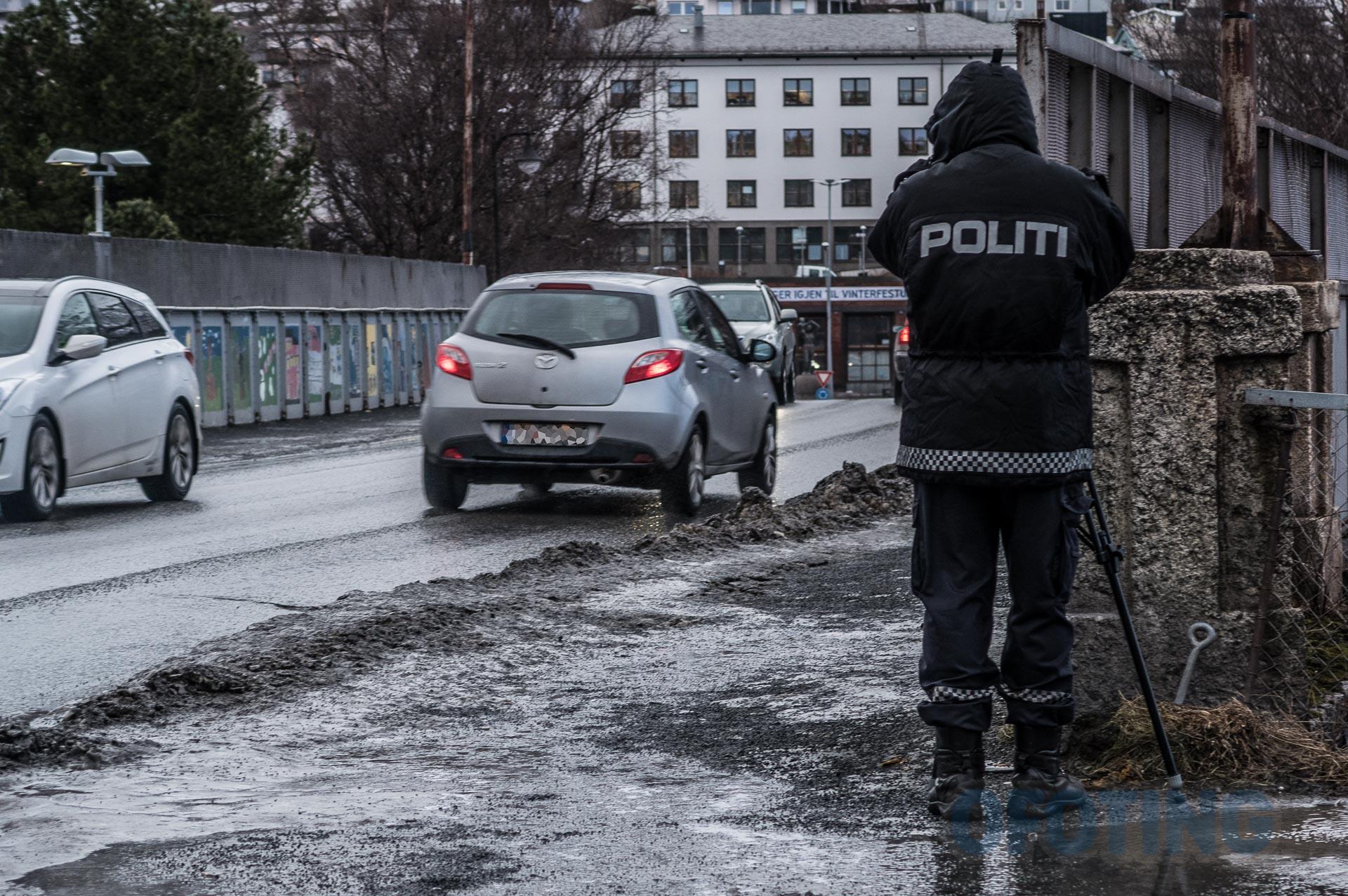 Politiet kontrollerer bilister i Narvik. (Illustrasjonsfoto: Robin Lund)
