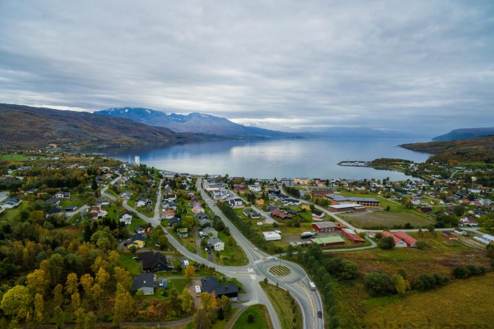 Dronefoto som viser Bjerkvik sett fra fugleperspektiv. (Foto: Robin Lund)