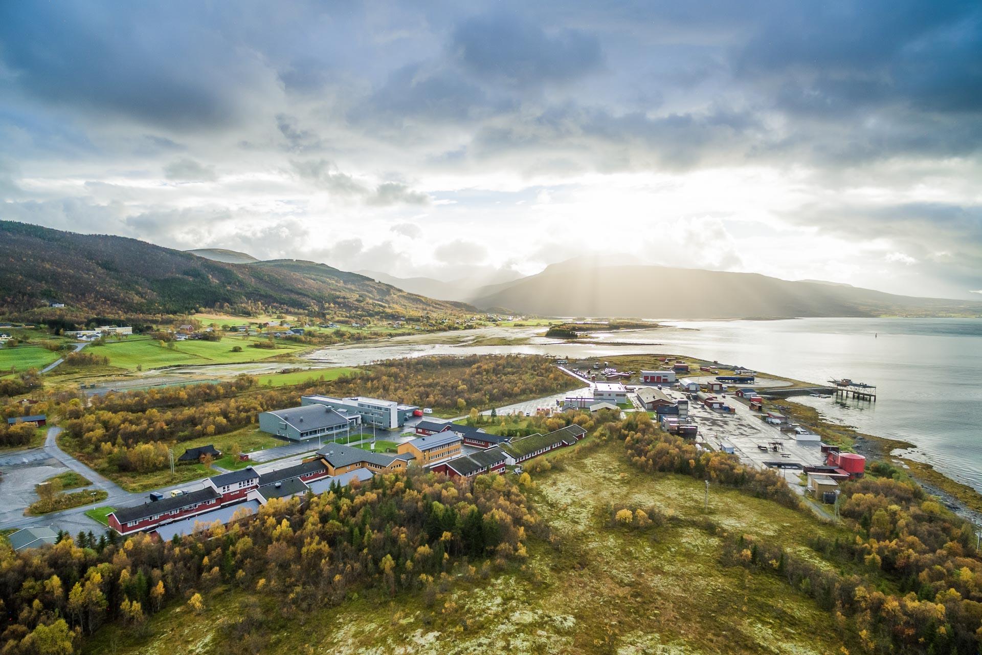 Oversiktsbilde som viser anlegget til Norges brannskole i Tjeldsund. (Foto: Robin Lund)