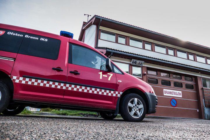 Ofoten Brann-bil foran brannstasjonen i Kjøpsvik. (Foto: Robin Lund)